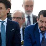 Foto dell'indagato americano bendato: Salvini e Conte agli estremi