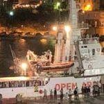 Open Arms sbarca a Lampedusa poco dopo le 23 di ieri notte