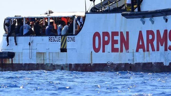 otto migranti sbarcano per gravi emergenze mediche