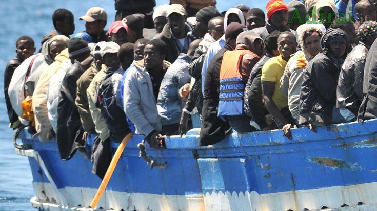 sbarchi migranti fuori controllo a lampedusa